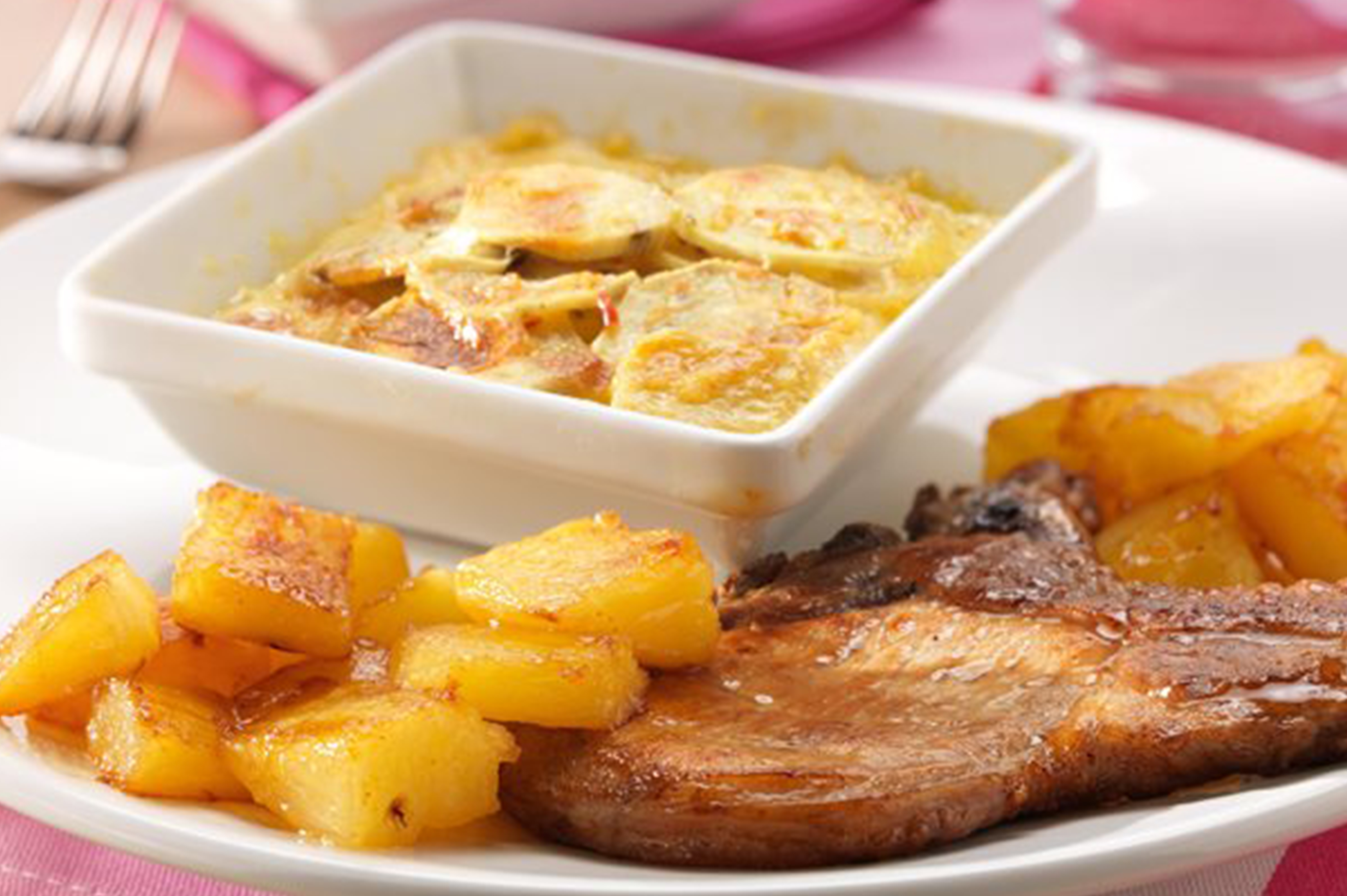 kotelet met aardappelgratin en ananas