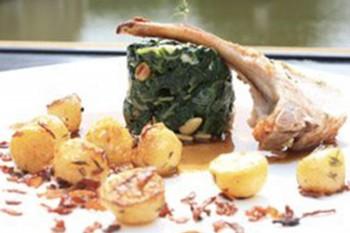 varkenskotelet met spinazie en blauwe kaas